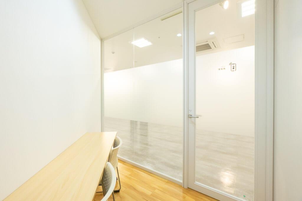 大阪府枚方市のコワーキングスペースビィーゴの通話室
