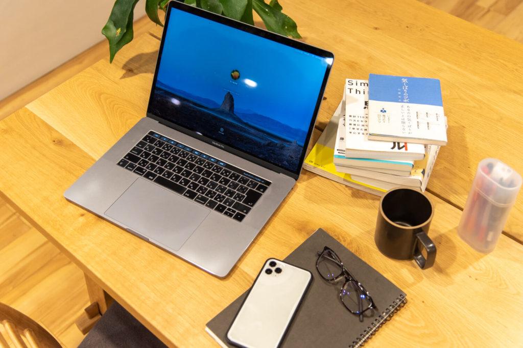大阪府枚方市のコワーキングスペースビィーゴでテレワークするときの机イメージ