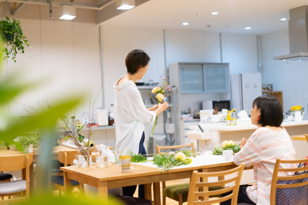 キッチンスペースにて開催された「季節の花を束ねる会」の様子